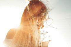 Sonnenschutz für Haare: Frau mit langen Haaren in der Sonne