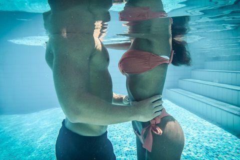 Sex im Schwimmbad: Paar im Wasser