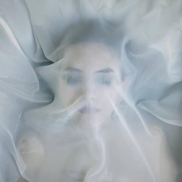 Formaldehyd statt Kochsalz: tote Frau unter einem Schleier