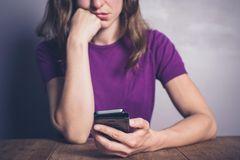 Unglückliche Frau mit Handy