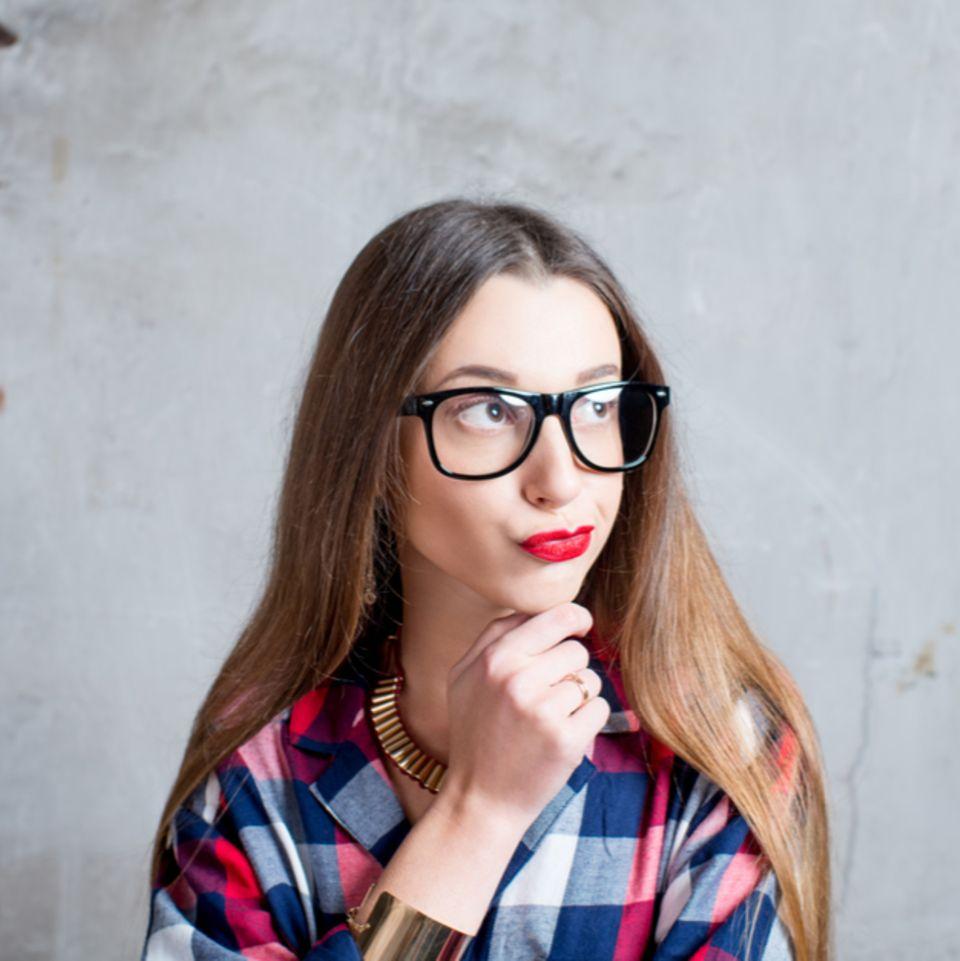 Rätsel für Neunmalkluge: Frau denkt nach