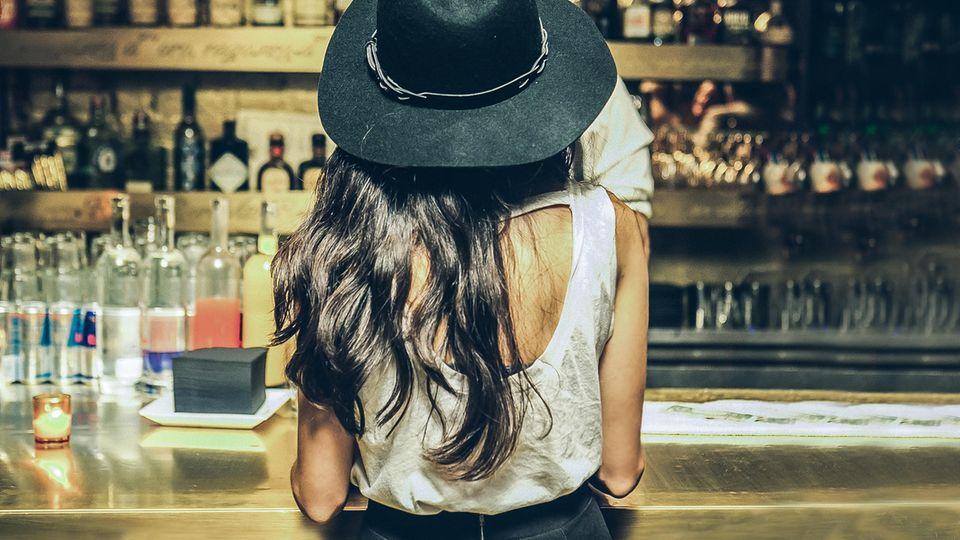 Luisa-Code soll Frauen vor Belästigung schützen: Frau an einem Bar-Tresen