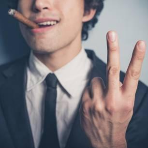 Von Arschlöchern lernen: Mann mit Zigarre