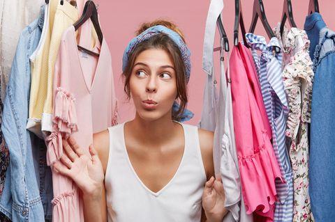 Ordentliche Menschen: Frau im Kleiderschrank