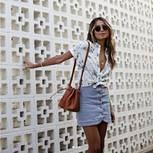 Rock-Trends 2018: Bloggerin Julie Sarinana trägt einen Jeansrock