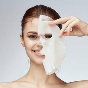 Hair Sheet Mask: Frau legt Tuchmaske auf