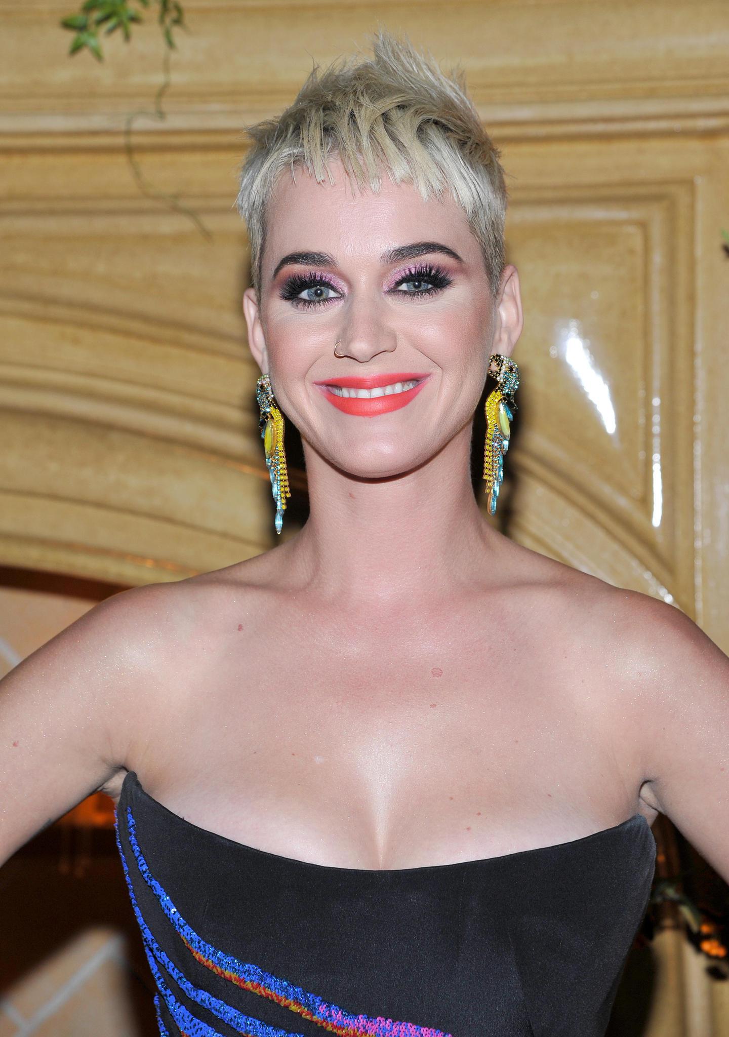 Katy Perry trägt orangenen Lippenstift