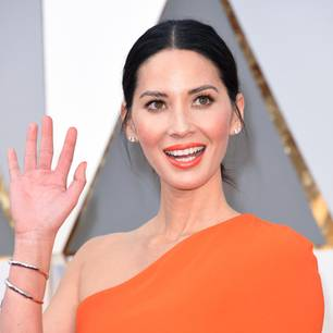 Olivia Munn strahlt mit orangenem Make-up