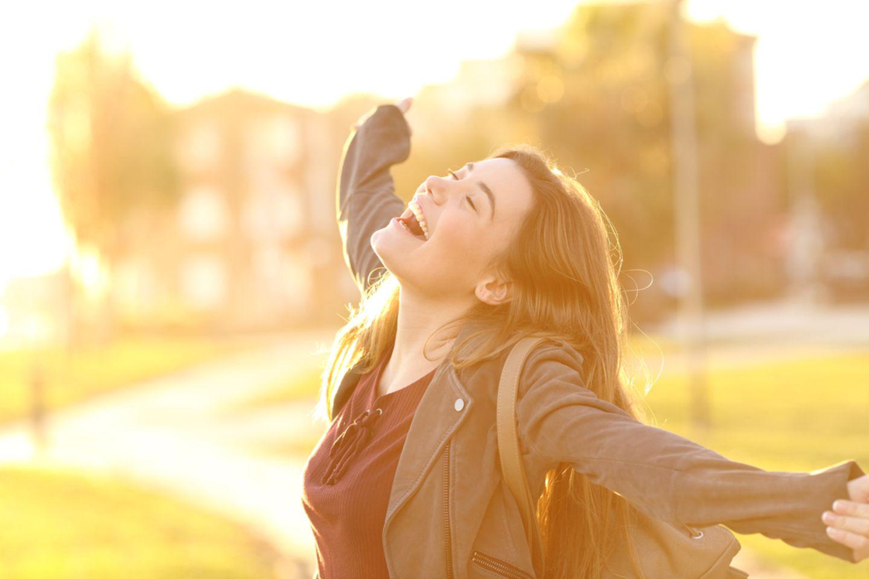 Frühlings-Hitze: Junge Frau genießt die Sonne