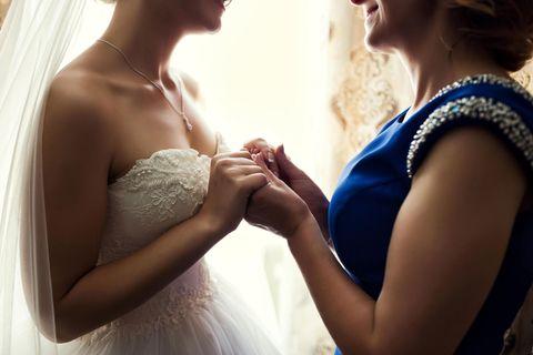 Mein Kind heiratet: Mutter hält Hände ihrer Tochter/der Braut