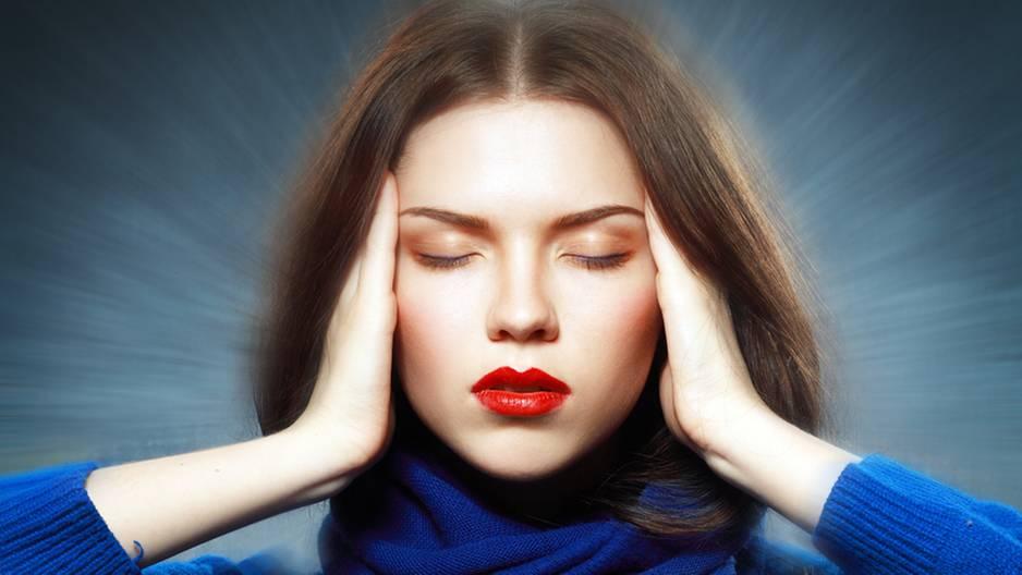 Gedankenleser: Frau konzentriert sich auf ihre telepathischen Fähigkeiten
