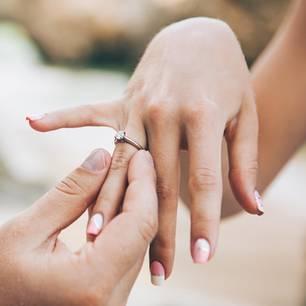 Frau trägt Verlobungsring