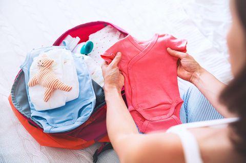 Später Kinderwunsch: Frau mit Strampler