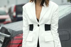Frau trägt weißen Blazer