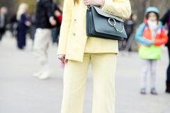 Bloggerin trägt gelben Hosenanzug