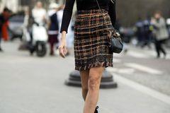 Bloggerin trägt braunen Rock aus Tweed