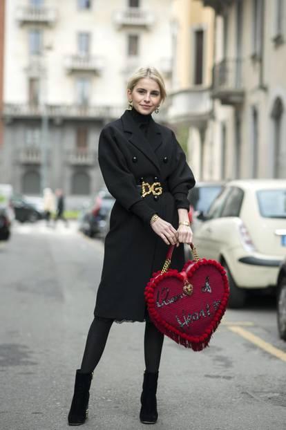 Caro Daur trägt schwarzen Longmantel und Stiefeletten