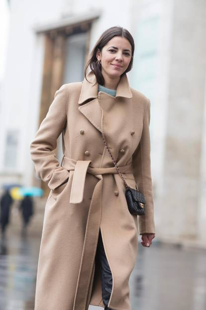 Bloggerin trägt beigen Trenchcoat