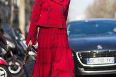 Bloggerin trägt roten Midi-Rock