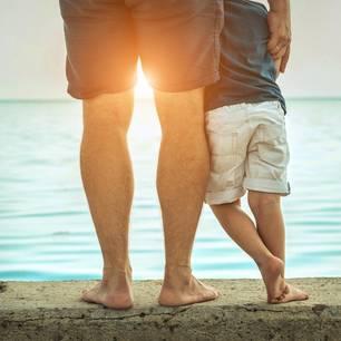 Stiefvater und Sohn am Strand