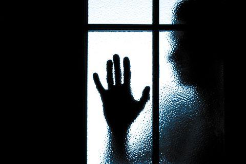 Junge Frau foltert jahrelang ihren Freund – jetzt ist er frei!