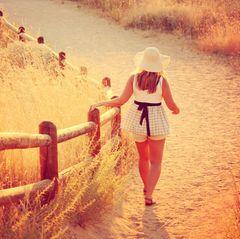 Oberschenkel reiben aneinander: Frau läuft am Strand
