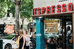 Insider-Tipps Melbourne: passanten vor einem Café