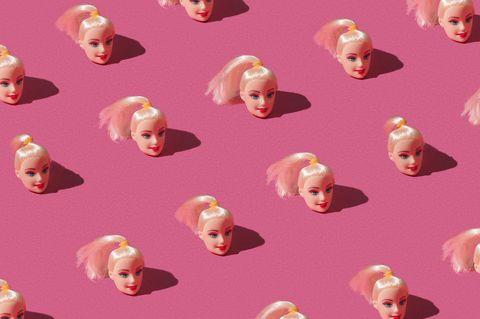 Barbie-Köpfe auf rosa Untergrund