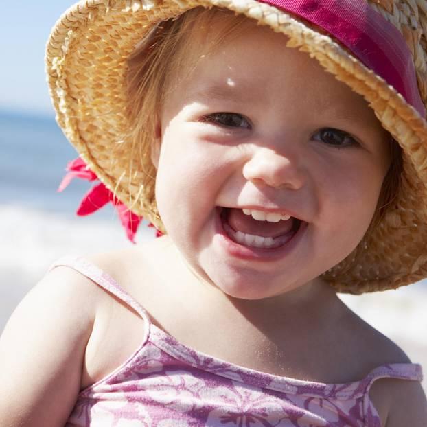 Sonnencreme für Kinder: kleines Mädchen am Strand