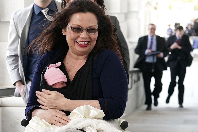US-Senatorin Tammy Duckworth mit ihrer 10 Tage alten Tochter im Arm