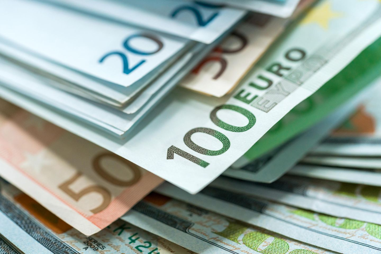 Bedingungsloses Grundeinkommen: Geldscheine gestapelt