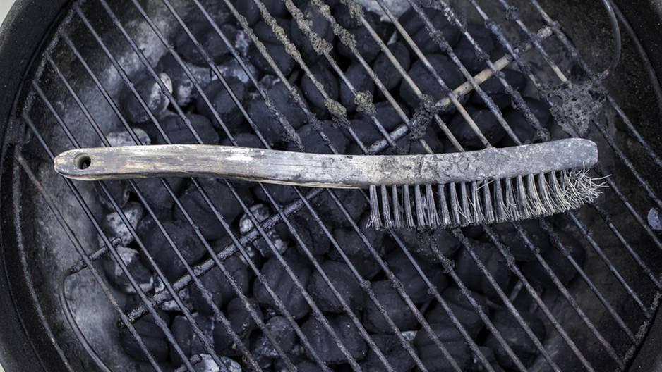 Nutzt du eine Metall-Grillbürste? Dann solltest du sie dringend wegwerfen!