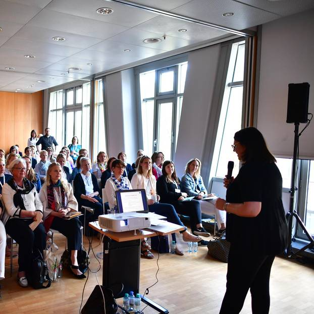 """Renate Fritz von """"frau&geld"""" präsentierte in ihrem Workshop den """"Weg zur richtigen Altersvorsorge""""."""