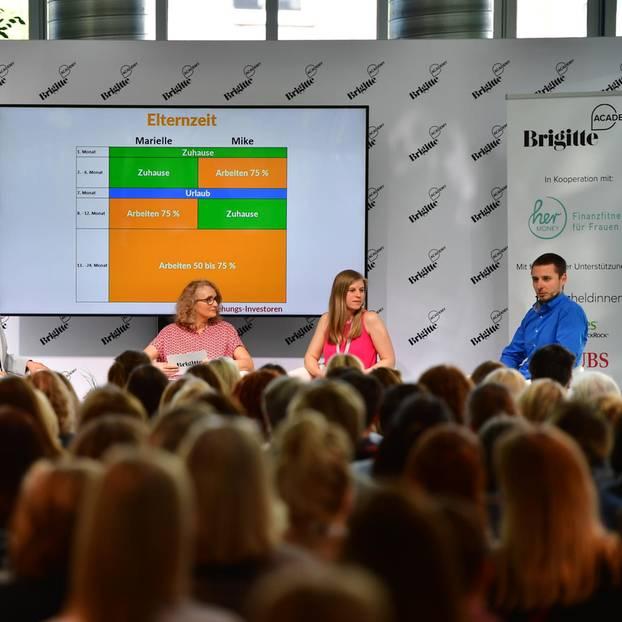 Genau durchgeplant: Die Blogger Marielle und Mike Schäfer (rechts) haben ihre Elternzeit genau und gleichberechtigt geplant. Moderation: Claudia Münster, stellvertretende Chefredakteurin.