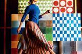 Farbtrends 2018: Frau vor bunter Wand