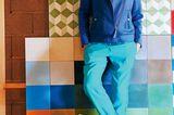 Farbtrends 2018: Frau in blauer Hose und Lederjacke