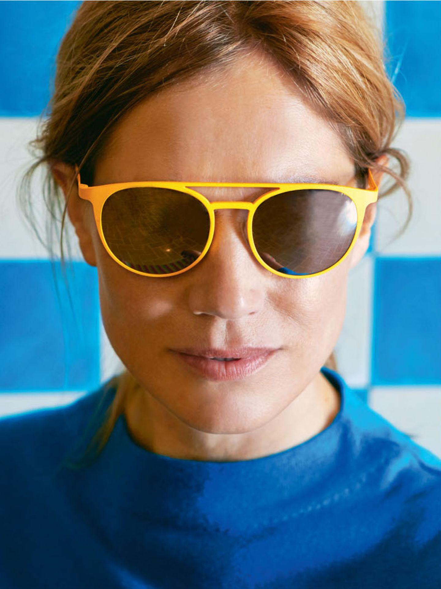 Farbtrends 2018: Frau mit gelber Sonnenbrille