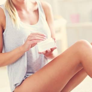 Cellulite-Creme im Test der Redaktion: Frau cremt ihre Beine ein