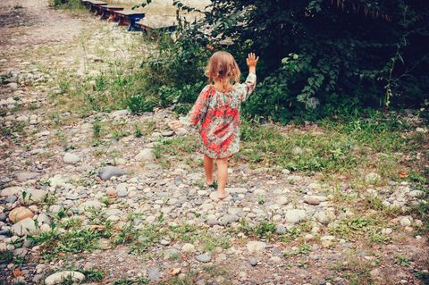 Studie belegt: So gut ist Barfußgehen für dein Kind