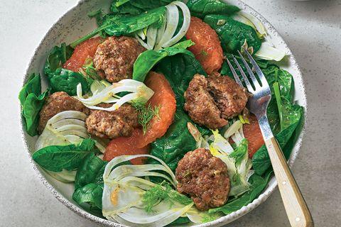Lammbuletten mit Spinat-Grapefruit-Salat