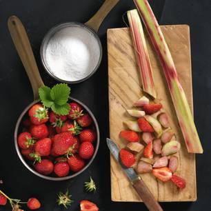 Rhabarber kochen: Rhabarber, Zucker und Erdbeeren auf Arbeitsplatte