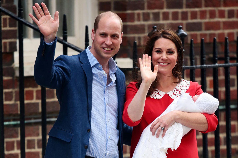 William und Kate verlassen mit Kind Nummer 3 das Krankenhaus