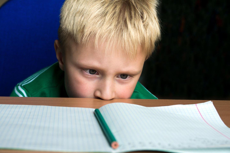 Schüler verzweifelt an Hausaufgaben - und ruft die Polizei!