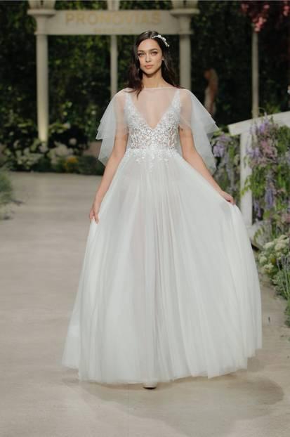 Kleid mit transparenter Schleppe bei Pronovias