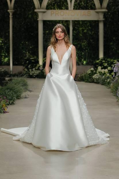 Langes Brautkleid bei Pronovias