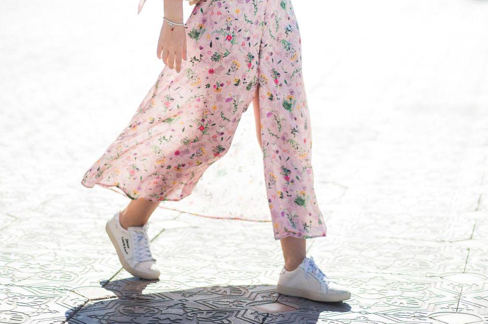 Bloggerin trägt Sneaker