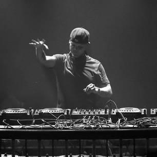Traurige Nachrichten aus der Musikwelt. Am 20. April stirbt Star-DJ Avicii alias Tim Bergling. Die Todesursache ist bislang unklar, der Musiker hatte allerdings schon länger mitDrogen- und Alkohol-Problemen zu kämpfen.