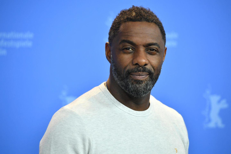 Idris Elba: Mann vor blauer Wand