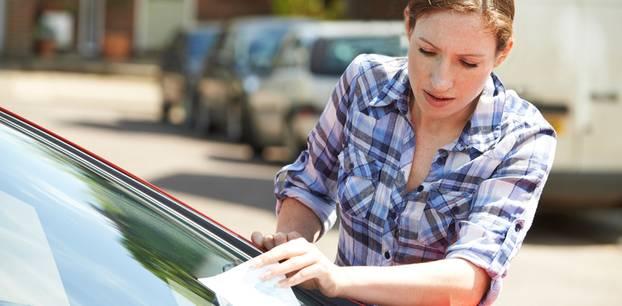 Falschparken: Frau nimmt Knöllchen vom Scheibenwischer
