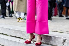 Frau trägt eine pinke Culotte